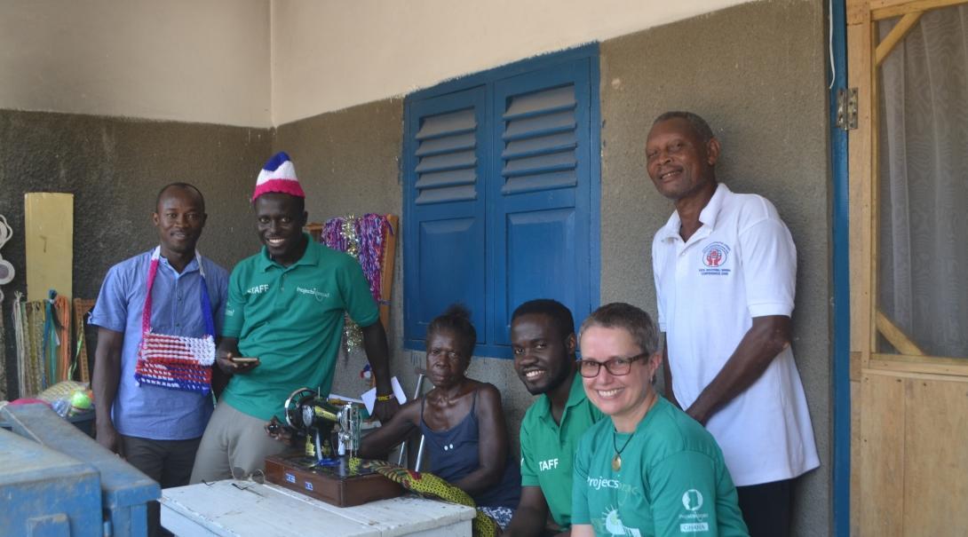 Pasantes y personal de Microfinanzas en Ghana durante una reunión con empresarios locales.